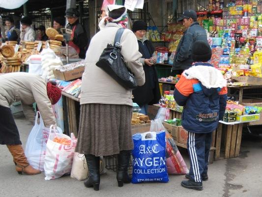 Die Tragetasche auf dem Osh Basar in Bischkek