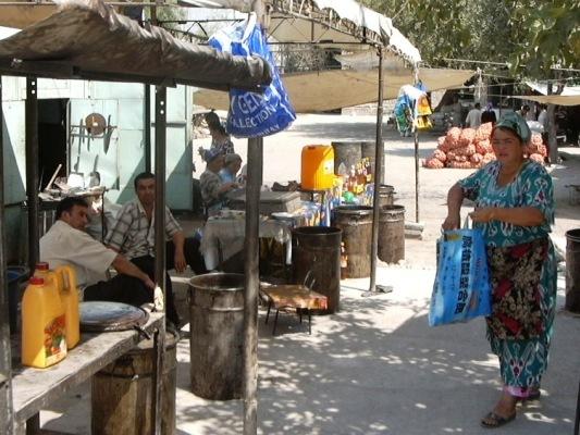 Die Tragetasche auf dem Baumwollölmarkt in Chudschand