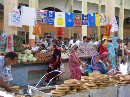 Die Tragetasche auf dem Pandschanbebasar in Chudschand