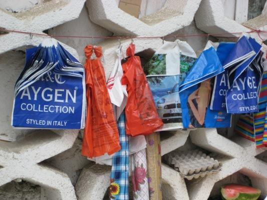 Die Tragetasche auf dem Barakatbasar in Duschanbe