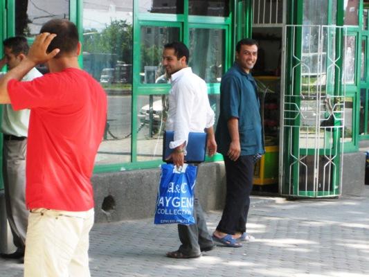 Straßenszene mit der Tragetasche in Duschanbe