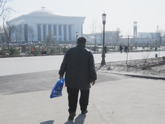 Die Tragetasche vor dem neuen Kongressforum in Taschkent