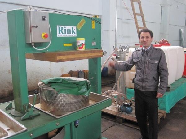 Iskandar Kholv an seiner Saftproduktionsanlage