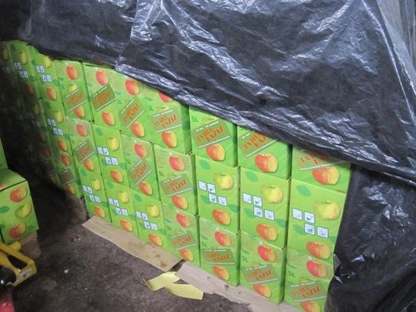 Die fertigen Apfelsafttüten warten auf die Auslieferung.