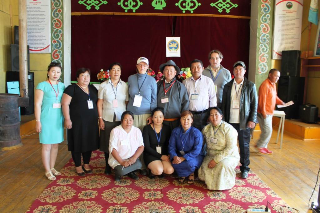 Gruppenbild mit Wahlorganisatoren in Naranbulag