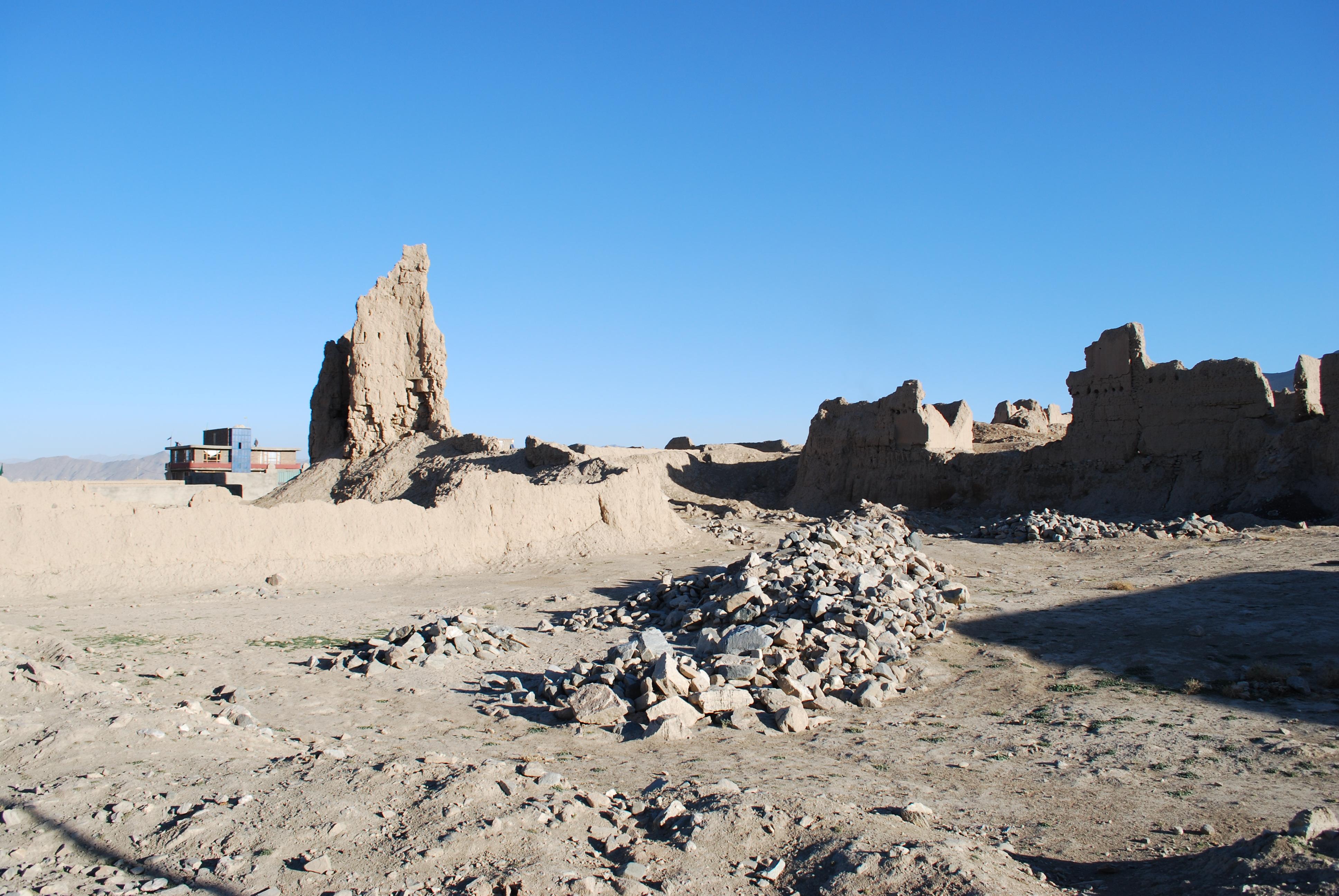 Zerstörte Häuser  und ein Neubau am Rande Kabuls (Qal'a-ye Qazi)