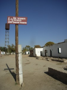 Wahlankündigung vor Bürgerkriegskulisse - irgendwo im Süden Tadschikistans 2006