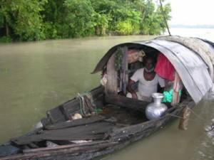 Ein Fischer im Buriganga Nebenarm in Jalokathi