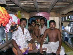 Shumpon in seinem Boot, in der Mitte derKajüte wird gegessen, am Ende ist Schlafplatz für 6 Leute.