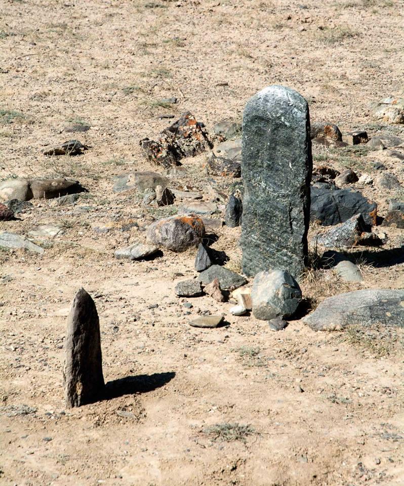 Unweit des Camps steht ein Steinkrieger (balbal). Zeuge einer bronzezeitlichen Vergangenheit