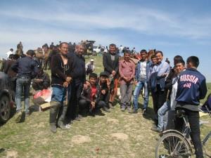 Ein Sieger im Reiterwettkampf mit Freunden und Fans, Bezirk Temurmalik, März 2015